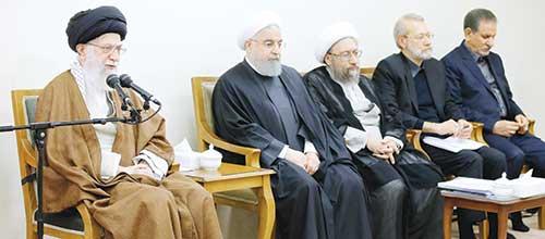 رهبر معظم انقلاب اسلامی در جلسه دو ساعت و نیمه با سران قوا درباره مسائل اقتصادی: برای حل مشکلات اقتصادی تصمیمهای جدی و عملیاتی بگیرید